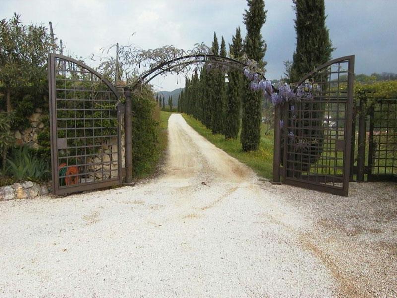 cancello ferro arrugginito con colonne girevoli .JPG